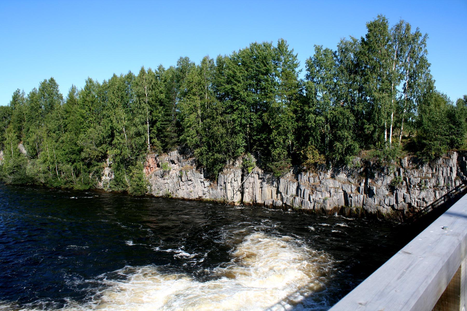 Водосброс с левого берега