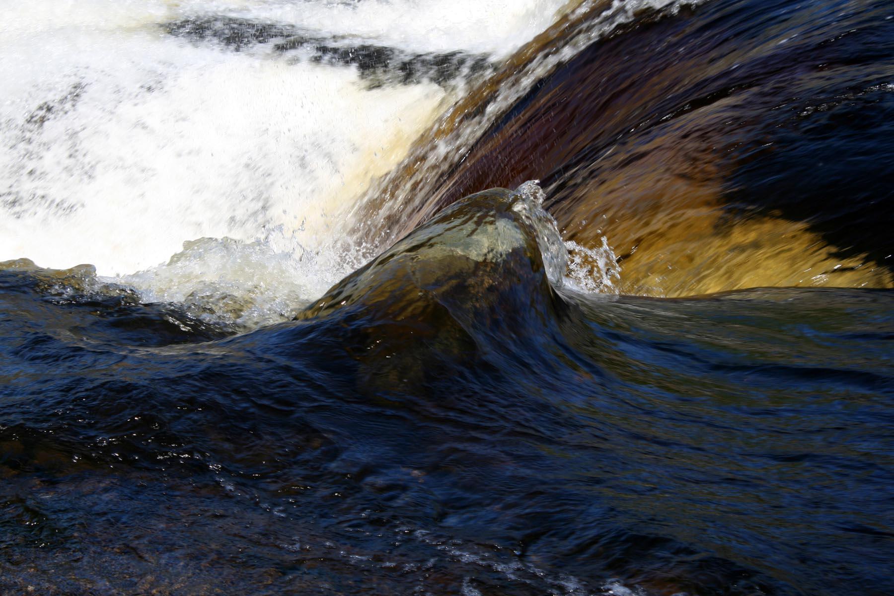Камень на пути воды