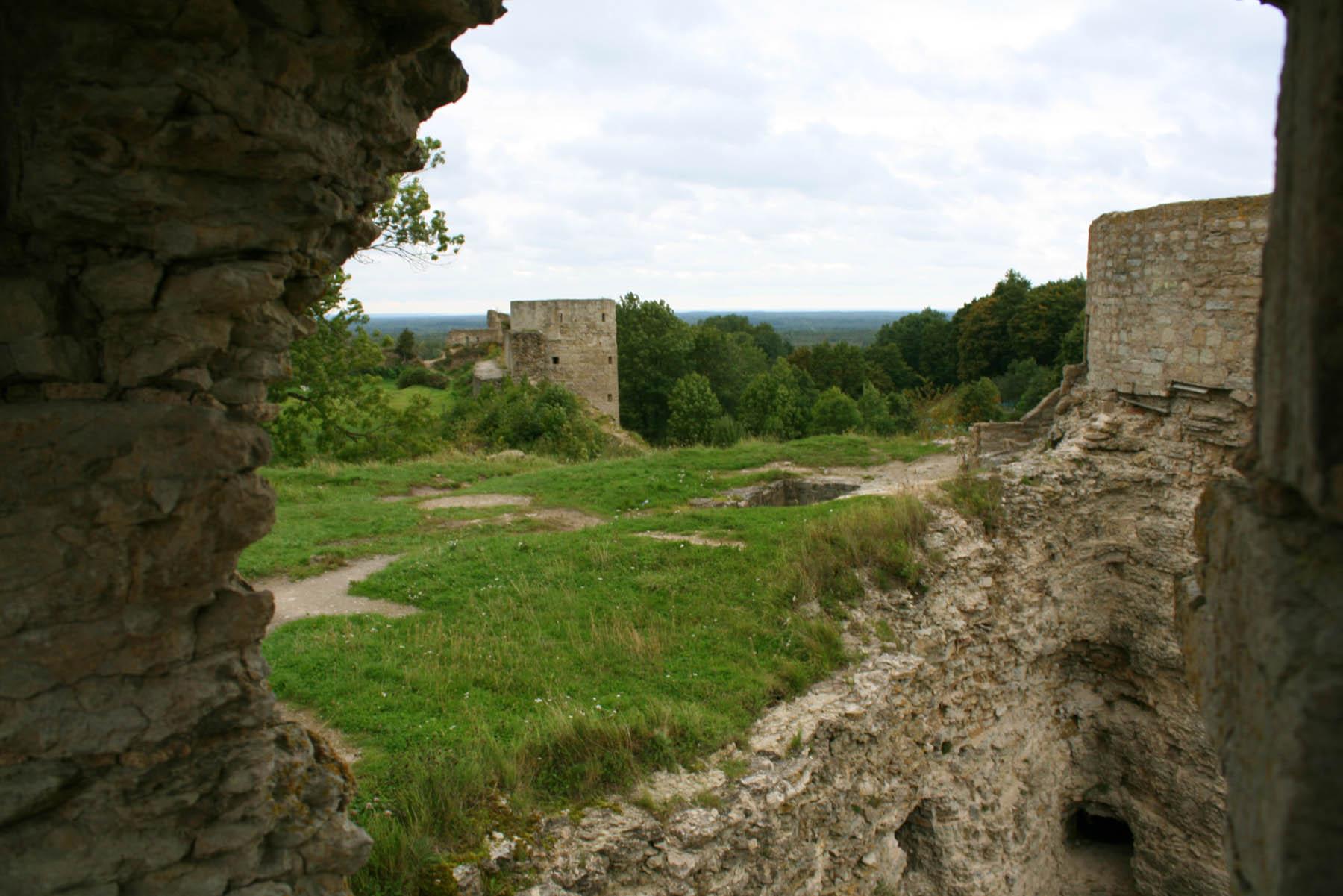 Средняя и Наугольная башни