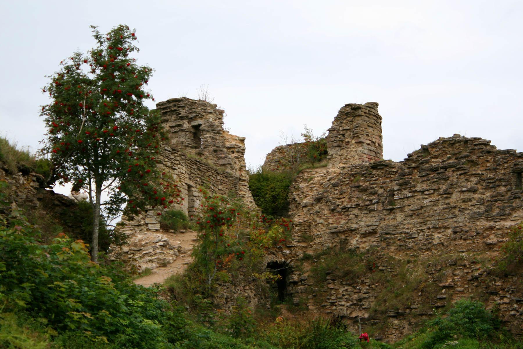 Наугольная башня вблизи