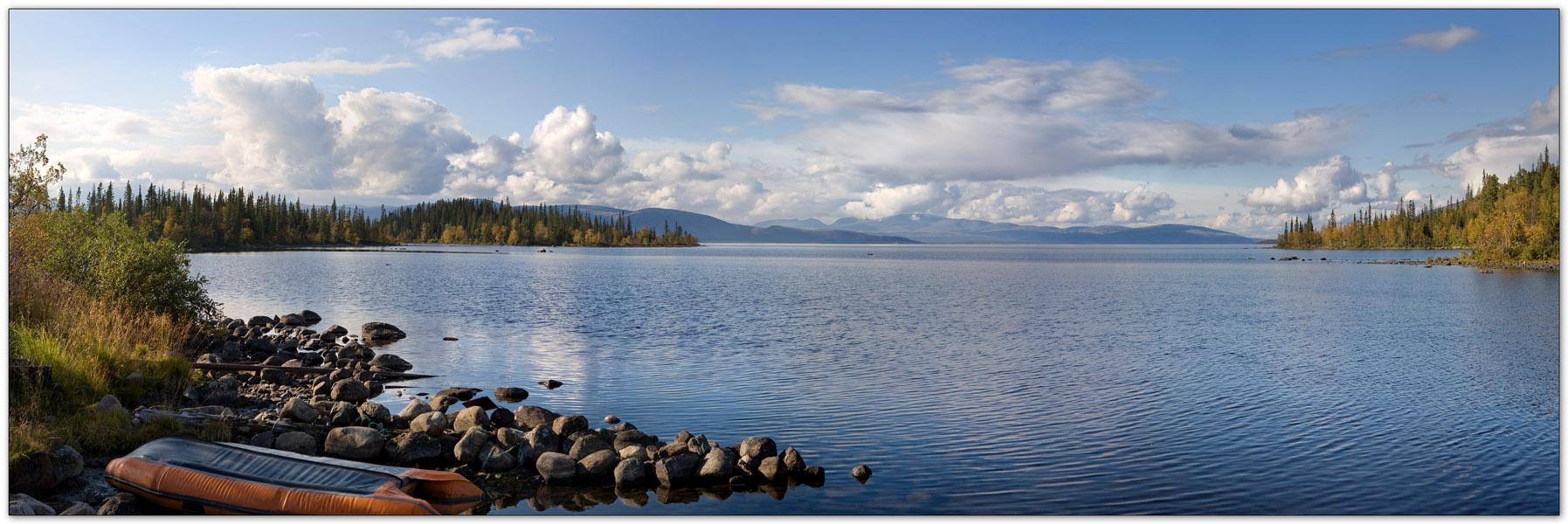 Вид на Умбозеро и Хибины